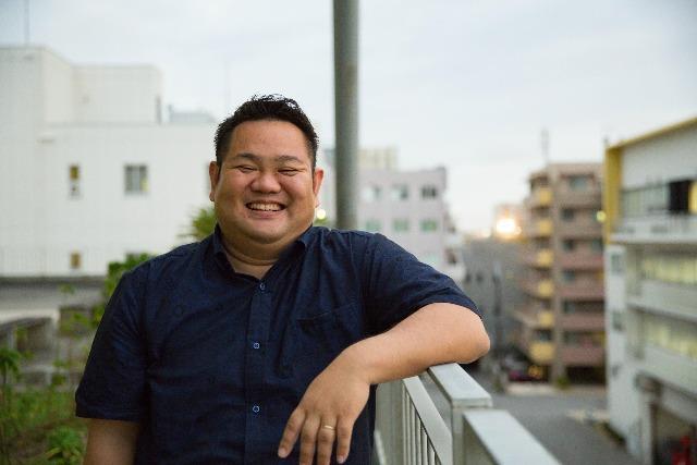 真っ白な男・金ちゃん!沖縄県内No1の動画求人サイト「オキナビ」について聞いてきました